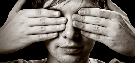 man-covering-his-eyes-with-hands_pan_16156