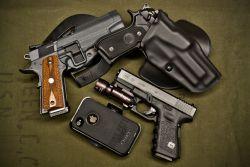 1911_pistol_vs_Glock_pistol